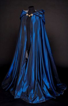 Looks like a Ravenclaw cloak 😍 Medieval Dress, Medieval Clothing, Medieval Costume, Medieval Outfits, Renaissance Fair Costume, Steampunk Clothing, Pretty Dresses, Beautiful Dresses, Beautiful Beautiful
