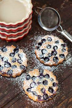 Amandelcakejes met blauwe bosbessen Sweet Desserts, Easy Desserts, Sweet Recipes, Dessert Recipes, Patisserie Cake, Sweet Bakery, Breakfast On The Go, Almond Cakes, Winter Food