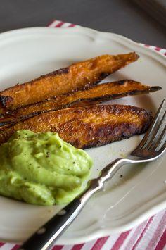 baked sweet potato wedges with avocado-lemon-dip Avocado Recipes, Veggie Recipes, Vegetarian Recipes, Snack Recipes, Cooking Recipes, Healthy Recipes, I Love Food, Good Food, Yummy Food