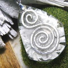 Step by step instructions to create hammered wire embeds, cast unique molds and pour resin jewelry. Endless possibilties! Add some silver to you resin...