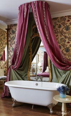 Ein wirklich königliches Badezimmer. Zu finden im Schlosshotel Château Gütsch in Luzern, Schweiz