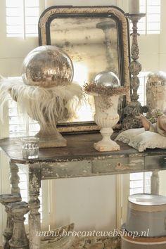Shabby chic decoration - mercury glass balls and mirror. English Interior, American Interior, Mercury Glass Decor, Vignette Design, Shabby Chic Antiques, Vintage Interiors, French Decor, Glass Ball, Shabby Chic Style