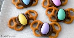 Easter Butterfly Treats Recipe Pretzels, chocolate-covered caramels and Jordan almonds make our butterfly treats irresistible! Ready in 16 minutes. Spring Recipes, Easter Recipes, Holiday Treats, Holiday Recipes, Holiday Foods, Pretzel Treats, Pretzels, Pretzel Bites, Macarons