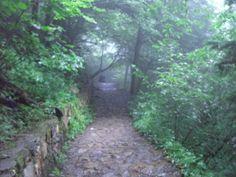 sümela manastırına çıkarken yağmur ve sis.. hem eğlenceli hem tehlikeli hem sıradışı bir doğa harikası