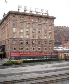 Station Square Pittsburgh, PA, formerly the P&LERR Station just off the Southside Flats side of the Smithfield Street Bridge. Pittsburg Pa, Pittsburg Pennsylvania, Pittsburgh City, Hotel Stay, Lake Erie, Cheap Hotels, Travel Advice, Travel Tips, Places