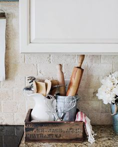 Kitchen Remodel On A Budget More ideas: DIY Rustic Kitchen Decor Accessories Marble Kitchen Accessories Ideas Farmhouse Kitchen Storage Accessories Modern Kitchen Photography Accessories Cute Copper Kitchen Gadgets Accessories Kitchen Decorating, Country Farmhouse Decor, Farmhouse Style Kitchen, Modern Farmhouse Kitchens, Farmhouse Kitchen Decor, Farmhouse Furniture, Furniture Decor, Country Kitchen, Country Houses