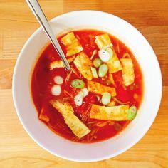 Een goed vullende Chinese tomatengroentesoep, die je de volgende dag als lunch kunt eten! Erg lekker en makkelijk om te maken!