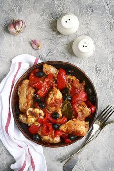 Kip scarpariello is een fantastische maaltijd. Kip, paprika, worst, pepers en knoflook gaan allemaal in één pan en leveren een pikant, zoet-zuur gerecht op.
