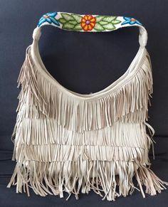 Bolsa de piel con asa de lana de alpaca bordada a mano y flecos! Leather bag, with fringe and alpaca wool hand embroidered handle!  #arte #artelocal #artesanal #hechoamano #alpaca #piel #localstyle #localart #outfitaccessory #style #fairtrade #fairtradefashion #boho #bohemio #bohochic #bohostyle #bohemian #shoplocal #supportlocal #handbag #like4like #followme #photooftheday #instagood