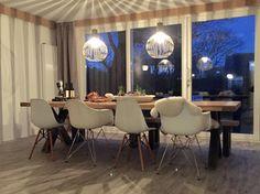 08-01-2016: De koof moet nog geschilderd worden, en dan is de tuinkamer klaar. Door de schuifpui van 5 meter breed heb je heerlijk veel licht en zicht op de tuin. De tafel van Room 108 is groot genoeg voor 10 personen. #Cadzand #vakantiehuis #Room108 #Meidoornstraat