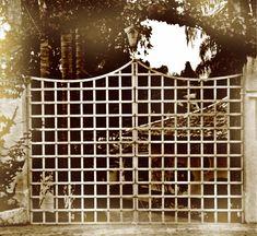 portão estilo medieval, fabricado em ferro chato com detalhes em rebites