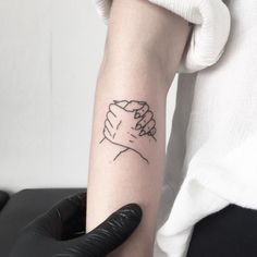 How cool is this minimal and artsy best friend tattoo?