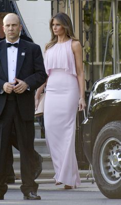 President Donald Trump and First Last Melania Trump took some time away from their White House duties to attend the wedding of Treasury Secretary Steven Mnuchin and Scottish-born actress Louise Linton Melania Trump Wedding, First Lady Melania Trump, Milania Trump Style, Malania Trump, Ivanka Trump Dress, Donald And Melania, Estilo Real, Evening Dresses, Celebrity Style