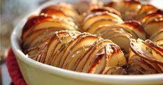 """Jeden z těch receptů typu: """"Proč mě to proboha nenapadlo dřív?"""" Nádherně oživíte klasické brambory a vytvoříte z nich křupavé lupínky, které vypadají perfektně a stejně tak chutnají. Navíc se jako příloha skvěle hodí k nejrůznějším pokrmům z masa i ze zeleniny. Potřebujeme 2kg podlouhlých brambor (nejlépe o podobném průměru) 3 lžíce rozpuštěného másla 3 ..."""