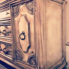 Painting Laminate Furniture, Distressed Furniture Painting, Furniture Wax, How To Distress Furniture, Black Distressed Furniture, Metallic Painted Furniture, Repurposed Furniture, Furniture Makeover, Dark Brown Furniture