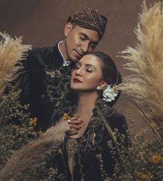 Javanese Wedding, Malay Wedding, Pre Wedding Poses, Pre Wedding Photoshoot, Korean Couple Photoshoot, Prewedding Photo, Classic Wedding Invitations, Wedding Photography Poses, Wedding Inspiration