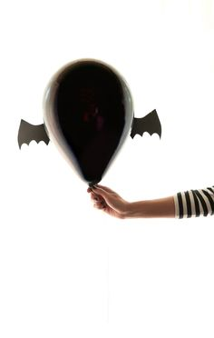 bat balloons! definitely making these for halloween.