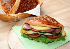 Zsebes zsömle | Alajuli receptje - Cookpad receptek Bread Rolls, Winter Food, Bread Recipes, Hamburger, Food And Drink, Toast, Favorite Recipes, Meals, Dishes