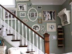 Decoração com fotos em molduras diferentes em escada