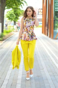 50 Stunning Spring Outfits Work Ideas for Women - Fashion and Lifestyle Spring Work Outfits, Casual Work Outfits, Work Attire, Chic Outfits, Look Fashion, Girl Fashion, Fashion Dresses, Womens Fashion, Yellow Pants