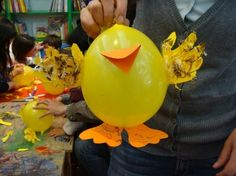 Pollito hecho con globos y cart�n