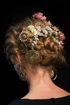 Decorate your hair with flowers and gold