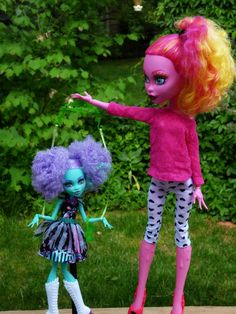 Gooliope and Honey Monster High Crafts, Monster High Art, Monster High Birthday, Monster High Custom, Monster High Repaint, Monster High Dolls, Living Dolls, Poses For Photos, Doll Repaint
