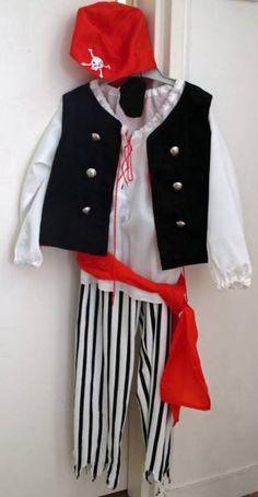 crédit photo: Ma vie en mieux Nounette de ma vie en mieux coud en général pour les filles puisqu'elle n'a pas de petit garçon! Mais là, elle voulait coudre un cadeau pour un petit garçon et nous offre en même temps un tutoriel et des patrons pour confectionner un costume de pirate. Ce costume est complet puisqu'il est constitué d'un pantalon effrangé dans le bas, d'un foulard, bandeau et ceinture rouges, d'une tunique blanche lacée et d'un bandeau cache-oeil. Je ne vois pas ce qui manque…