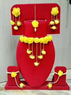 Diy Jewelry Necklace, Floral Necklace, Jewelry Crafts, Women's Jewelry Sets, Jewelry Accessories, Women Jewelry, Flower Jewellery For Mehndi, Flower Jewelry, Flower Ornaments