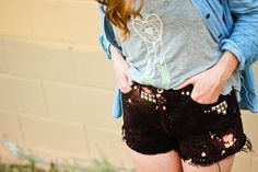 "DIY Studded Cut off shorts. See how to turn a pair of old ""Mom"" jeans into these awesomely cute studded shorts! Studded Shorts, Black Denim Shorts, Redone Jeans, Pants Tutorial, Diy Tutorial, Diy Shorts, Diy Fashion, Fashion Trends, Old Jeans"