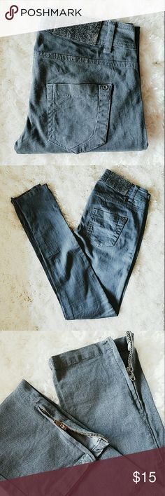 Bershka skinny jeans size 26 Bershka skinny jeans, with zipper details at ankles size 26, inseam: 30in worn a couple of times, great condition Bershka Jeans Skinny
