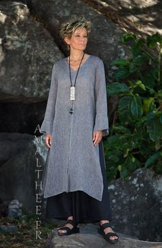 Asian style lovers: side slit charcoal linen gauze tunic Aozai from Amalthee Looks Fashion Over, Hijab Fashion, Boho Fashion, Fashion Outfits, Womens Fashion, Gothic Fashion, Mode Boho, Advanced Style, Linen Tunic