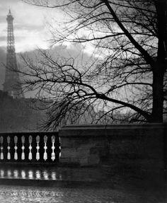 Brassaï (Gyula Halász), La torre Eiffel de noche, París, Francia, 1930, de la colección Colección Manuel Álvarez Bravo