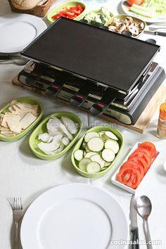 Preparando una raclette en casa, fácil y muy rica... cocinasalud.com Crepes, Fondue, Raclette Party, Hot Pot, Queso, Tapas, Waffles, Meals, Lunch Ideas