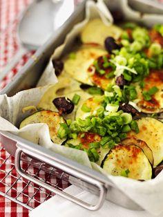 Kesäkurpitsavuoka maistuu ateriana salaatin kanssa tai lisukkeena sellaisenaan.