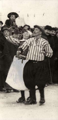 Een Marker bruiloft op het ijs, de bevroren Gouwzee. Publiek kijkt naar schaatsend stel. 1917. #NoordHolland #Marken