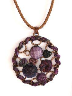 Colar lindo e diferenciado. Em metal bronze, customizado com pedras em resina em tons de lilás e violeta e seda pura pintada a mão. Cordão em couro marrom claro. Peça exclusiva.