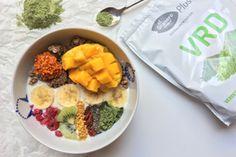 Empieza la mañana lleno de energía con un super desayuno. Cereales, frutas y nuestros supralimentos. ¡Buenísimo!
