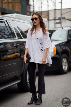 Le Fashion: Street Style: Get Jayne Min's Edgy Kick Flare Look Flare Jeans Outfit, Kick Flare Jeans, Casual Jeans, Grunge, Street Chic, Street Fashion, Net Fashion, Fashion Black, Spring Fashion