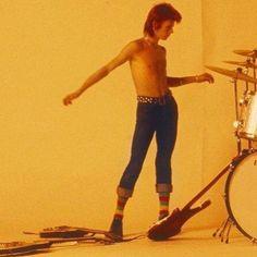 """David Bowie on set for the video, """"Jean Genie"""", Circa 73 ⚡️💥⚡️ David Bowie Born, David Bowie Ziggy, Manado, Ziggy Played Guitar, Moonage Daydream, Jean Genie, Bowie Starman, The Thin White Duke, Major Tom"""
