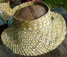 Sun viser Flax Weaving, Weaving Textiles, Weaving Art, Weaving Patterns, Basket Weaving, Card Weaving, Hawaiian Hats, Flax Flowers, Maori Designs