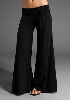 Pantalón negro palazo.