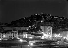 Vista nocturna. Ao fundo, o Castelo de São Jorge Fotografia sem data. Produzida durante a actividade do Estúdio Mário Novais: 1933-1983. URL: www.biblartepac.gulbenkian.pt/ipac20/ipac.jsp?&profil...  Night view. In the back, the São Jorge's Castle. Capture date unknown. Produced during the activity of the Estúdio Mário Novais: 1933-1983. URL: www.biblartepac.gulbenkian.pt/ipac20/ipac.jsp?&profil...  [CFT003 039194.ic]