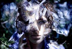 Kirsty Mitchell - 35 ......... - fRagazza con un makeup a farfalla - Girl with a butterfly makeup