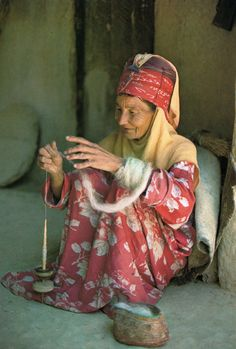 woman spinning wool with a drop spindle. Spinning Wool, Hand Spinning, Art Tribal, Drop Spindle, Crazy Day, Art Du Fil, People Around The World, Textile Art, Handicraft