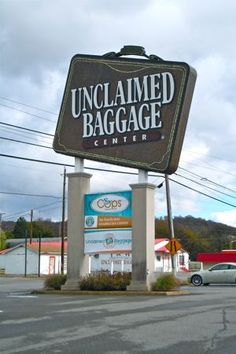 Unclaimed baggage center: 509 West Willow Street, Scottsboro, Alabama, États-Unis. Tel: +1 256 259 1525 www.unclaimedbaggage.com Ouverture du lundi au vendredi de 9h à 18h et le samedi de 8h à 19h. Fermé le dimanche, pour Thanksgiving et le 25 décembre.