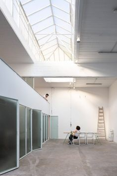 Translucent glass doors fold open to reveal the studio that architecture firm Estudio Nu has created inside a dental mechanics workshop in Buenos Aires. Bude, Exposed Concrete, Concrete Floors, Architecture Office, Contemporary Architecture, Mechanical Workshop, Simple Aesthetic, Ground Floor Plan, Roof Light
