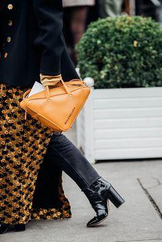 552e4f9bcc17 Die besten Street-Styles aus Paris. Balenciaga HandbagsBalenciaga BagFashion  AccessoriesFashion ...