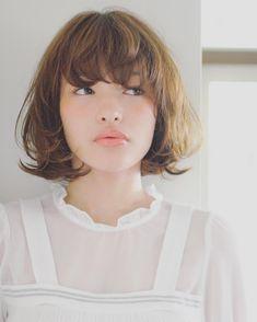 """第一印象を決める重要なポイントの一つである前髪。ほんの数ミリの差でもかなり違う印象になったりしますよね。最近ではシースルーバングやオン眉バングなどが流行っていますが、それに続き人気急上昇しているのが""""うざバング""""。今のトレンドでもあるうざバングスタイルが、たくさんのスタイルの中でも一際魅力的だったkith.(キース)の本田寿雄(ほんだ ひさお)さん!今回はそんな本田さんの作る大人可愛い""""うざバング""""スタイルと、ダメージが気になる方必見のお店自慢のトリートメントも合わせてご紹介したいと思います♡マカロン記事を見てくれた方限定の特典もあるのでぜひ最後までご覧ください♪"""