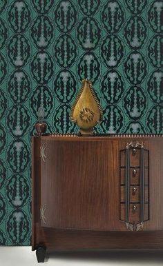 Michel de Klerk, dressoir, ontwerp 1916-1917, uitv. 't Woonhuys, Amsterdam; Michel de Klerk, klok, 1914, uitv. vermoedelijk Willem Rädecker; Lambertus Zwiers, ontwerp voor behang, 1915-1917. Coll. Stedelijk Museum Amsterdam (ontwerp behang schenking de heer en mevrouw J.C. Snoeck Henkemans, Amstelveen). Foto: Erik & Petra Hesmerg.